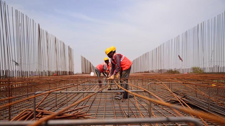 Homem trabalhando em construção